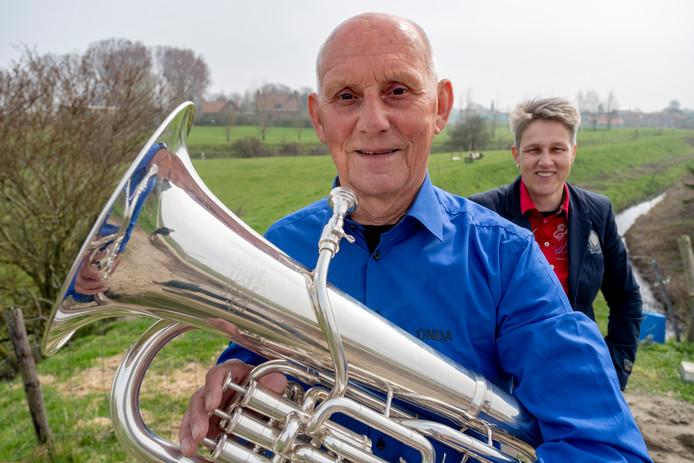 Piet Reijnoudt met op achtergrond dirigente Cora Dellebeke