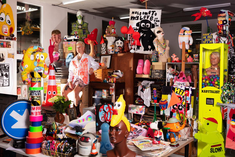 Bas Kosters in zijn atelier. Beeld Jaap Scheeren