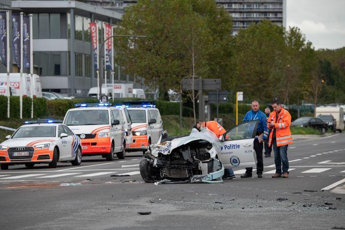 Een politiewagen die prioritair werd uitgestuurd naar het bomalarm in het Centraal Station, veroorzaakte een zwaar ongeval op de Noordersingel.
