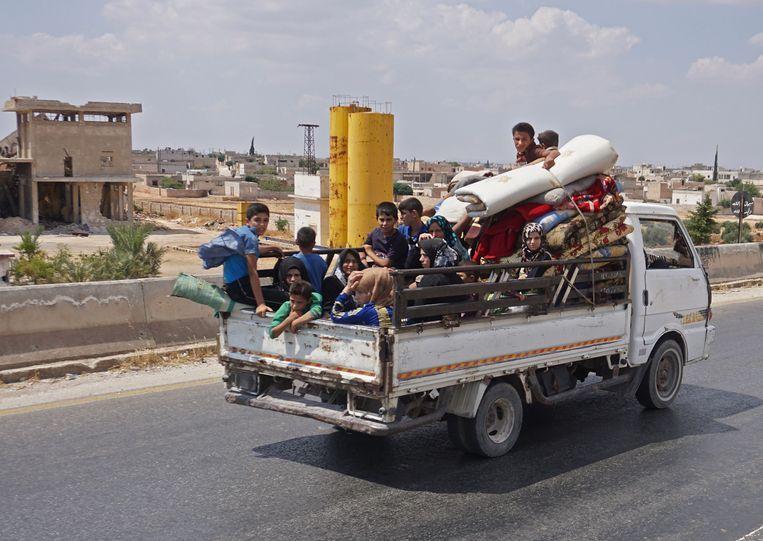 Inwoners van de stad Maaret al-Numan op de vlucht voor het geweld. Beeld AFP