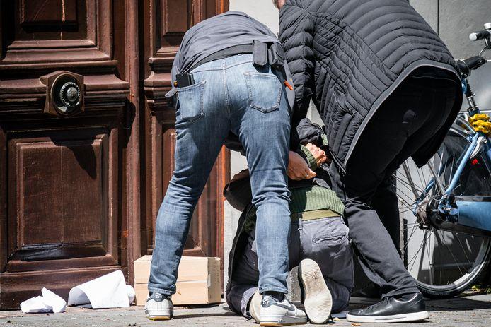 Demonstrant Jasper van den Elshout wordt door twee beveiligers van Thierry Baudet op de Bossche Parade tegen de grond gehouden.