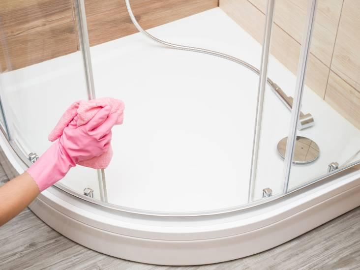 Zo maak je de rubberen randjes in de badkamer schoon