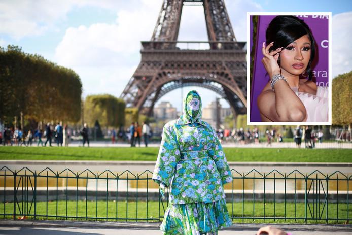 Cardi B pose devant la tour Eiffel avec un look Richard Quinn floral.