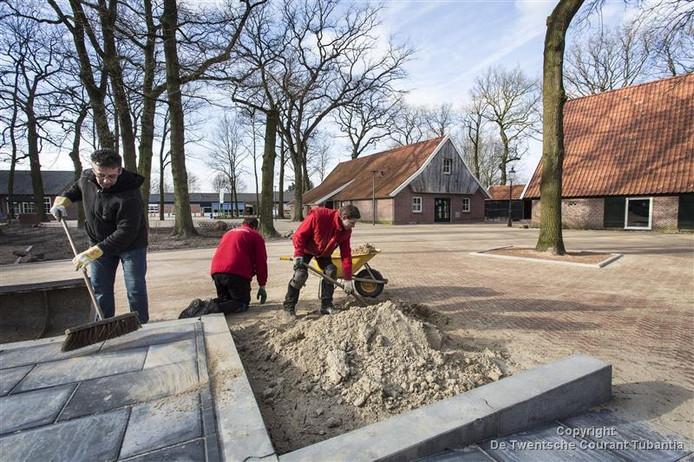 De aanleg van het Noaberplein in Geesteren bij Erve Kampboer begon ruim twee jaar geleden. Op de foto Gerard Veddema samen met een aantal jongens aan het werk.