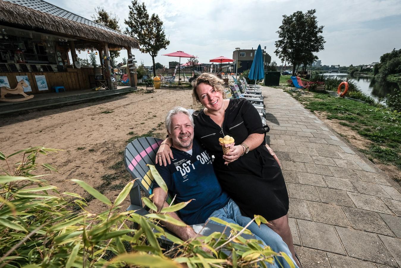 Frank en Tania Stronks bij ijskiosk Lido aan de oever van de Oude IJssel. Foto: Jan van den Brink