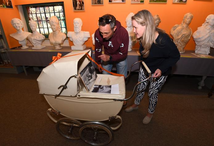 Bezoekers bekijken de kinderwagen waar prinses Christina als baby in heeft gelegen.