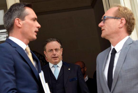 N-VA-voorzitter Bart De Wever (m.) met onderhandelaars van zijn partij Lorin Parys en Ben Weyts.