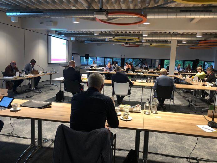 De gemeenteraad van Uden vergaderde donderdagavond voor het eerst in het IBN-gebouw in Uden. Vanwege corona op veilige afstand van elkaar.