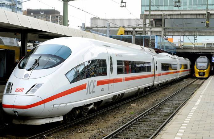 Hogesnelheidstrein ICE op Utrecht Centraal.