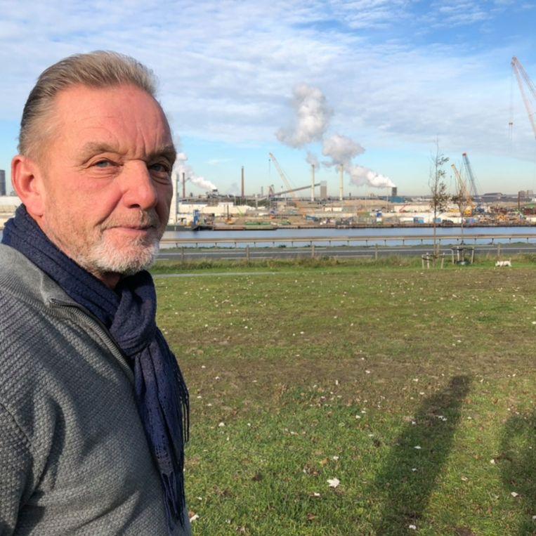 Peter Stam met op de achtergrond Tata Steel. Beeld