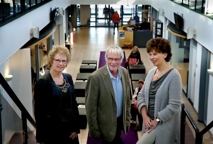 Wethouder Arie Mol (midden) in gezelschap van Conny Brouwer en Roza van Zanten tijdens de Week van de Dementie.
