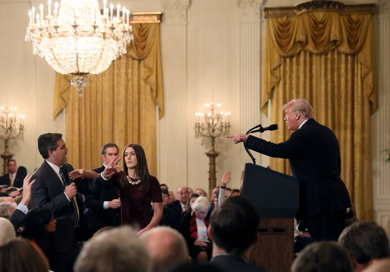 Trump ruziënd met journalisten. Beeld REUTERS