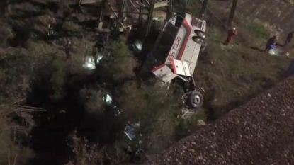Bus met scholieren stort in kloof na bezoek aan Disney World: chauffeur komt om, tientallen passagiers gewond
