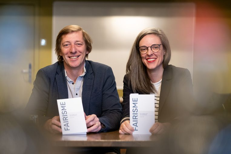 """MECHELEN Charles Leclef en Kim Bertoe stellen het boek """"Fairisme, Een eerlijke vorm van samenleven."""" voor."""