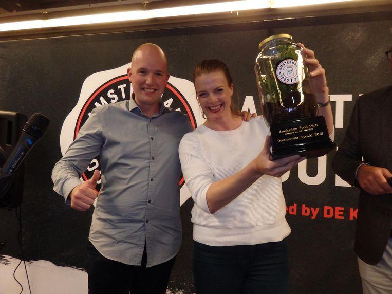 Jurylid Tjitze van der Dam en Annelies Hermsen, winnaar van de duurzaamheidsprijs met haar bokkenbouillon. Beeld Schuim
