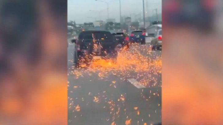 Pluie d'étincelles à 130 km/h: un suspect poursuivi par la police perd une roue