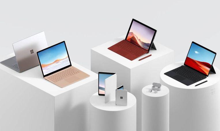 De nieuwe Surface-producten van Microsoft, met vooraan het opklapbare mobieltje en de draadloze oordopjes. Beeld Microsoft