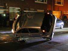Auto slaat over de kop in Den Haag, bestuurder door omstanders bevrijd