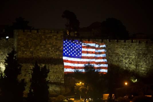 De Amerikaanse vlag wordt geprojecteerd op de stadsmuur van Jeruzalem, uit blijdschap dat Trump Israëls hoofdstad erkent.