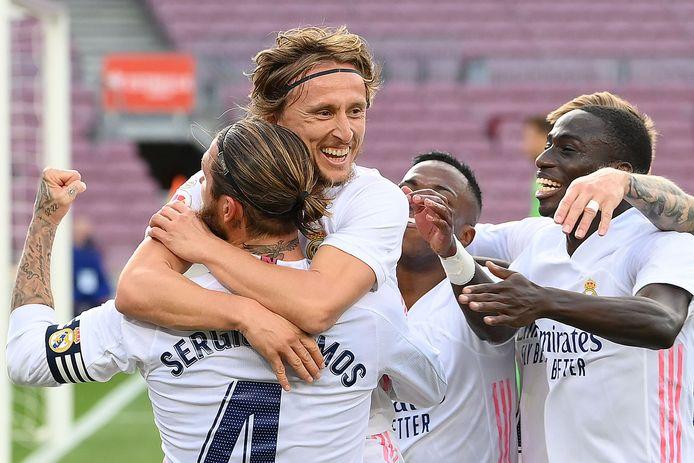 Luka Modric springt captain Sergio Ramos na zijn treffer in de armen.
