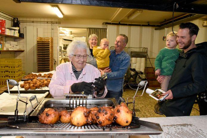 Mark van Leeuwen met dochtertje Mijs op zijn arm komt zijn oma Hanny (91) post brengen, die hij voor haar heeft verzameld via Facebook. Op de achtergrond Dorien en Dick van Leeuwen met kleinzoon Boris.