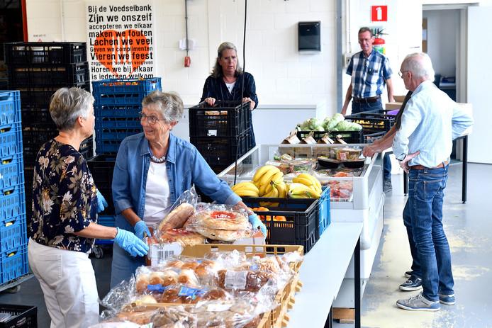 Cieka Galenkamp (links) en Greet Algra bereiden de uitgifte van brood voor.