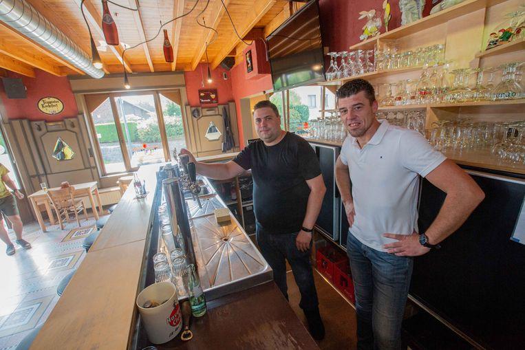 Stijn Terwecoren (links) neemt café 't Lof van Gunther Anckaert over.