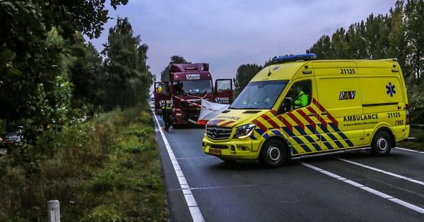 Motorrijder overlijdt bij frontale botsing met vrachtwagen op N279 bij Veghel, weg dicht.