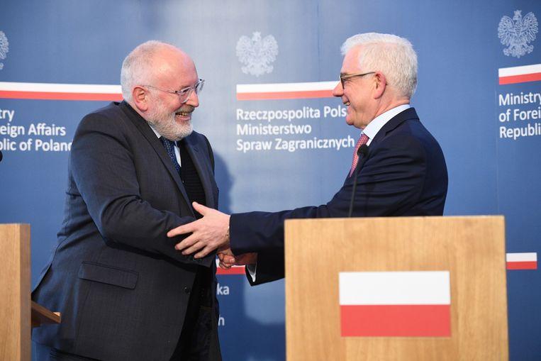 De Poolse Minister van Buitenlandse Zaken Jacek Czaputowicz en Frans Timmermans, Vice President van de Europese Commissie tijdens een persconferentie in Warschau, Polen. Beeld EPA