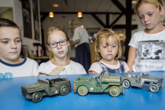 Kinderen luisteren naar uitleg over het speelgoed. Van links naar rechts: Niels, Ilse, Mirthe en Mirjam.