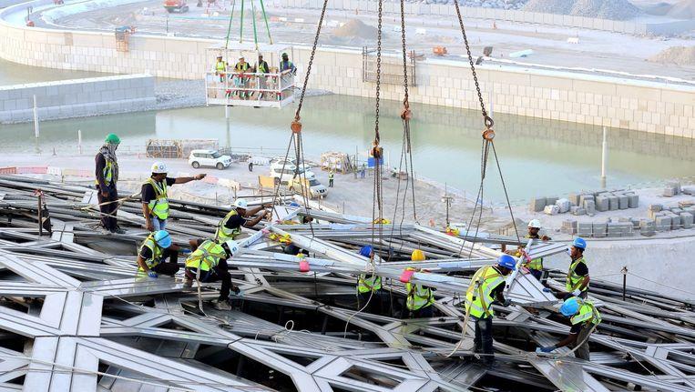 Het laatste deel van de buitenkant van het toekomstige Louvre op Saadiyat eiland, vlakbij Abu Dhabi, wordt geplaatst. Het museum opent in 2016. Beeld afp
