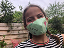 """Noa Hoegen (10) uit Breda maakt haar eigen mondkapjes en verkoopt ze voor 25 cent. """"Het mondkapje is van papier gemaakt. Ze maakt ze omdat ze veel thuis zit en zin had om creatief bezig te zijn."""""""