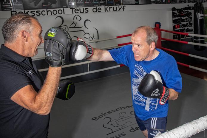 Regelmatig bokst wethouder Gert-Jan Schotanus bij boksschool Teus de Kruyf in Alphen. De Boskoper is ook fervent hardloper en waagt zich binnenkort aan een halve triatlon (2 kilometer zwemmen, 90 kilometer fietsen en 21 kilometer hardlopen).