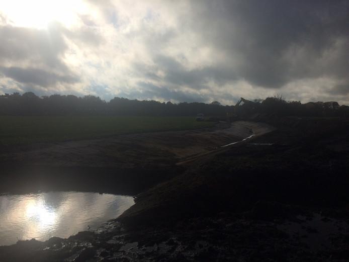 Het riviertje de Venloop in De Maashorst gaat op de schop. In de verte is de kraan nog net zichtbaar.