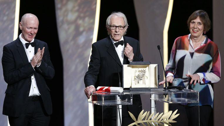 Loach (midden) zondagavond tijdens zijn dankspeech in Cannes Beeld anp