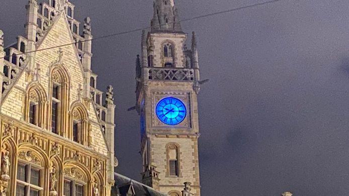 De blauwe klok op de Korenmarkt kondigt de eindejaarsset van Maxim Lany aan