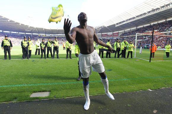 Lukaku scoorde zondag op Hull City zijn vijftiende goal voor Everton en gooide na afloop van de match zijn shirt en schoenen richting fans.