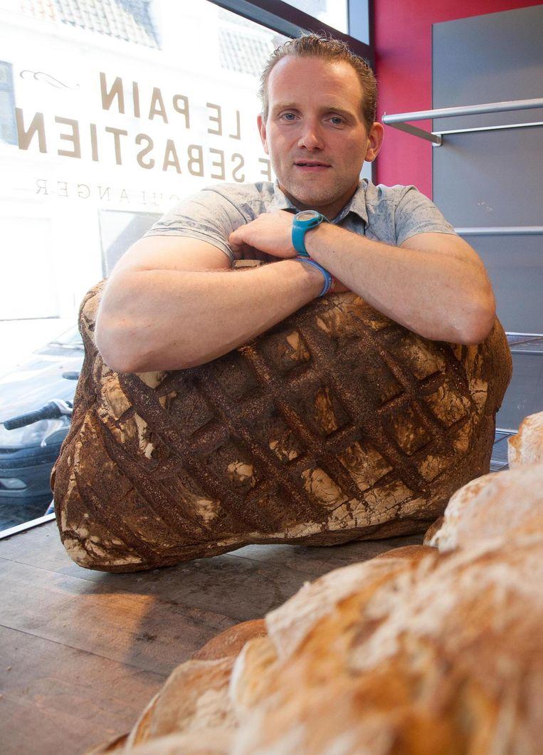 Sebastien Cailliau met een van de joekels van broden.