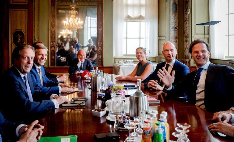 De formatie-onderhandelaars en informateur Gerrit Zalm in augustus bijeen in de Stadhouderskamer. Beeld anp
