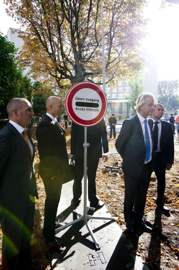 PVV-kamerleden Machiel de Graaf en Joram van Klaveren en PVV-leider Geert Wilders praten met de pers bij de Roemeense ambassade. De PVV-leider heeft een brief bezorgd bij de ambassade waarin hij zijn zorgen uit over de arbeidsmigratie uit Roemenie. Beeld anp
