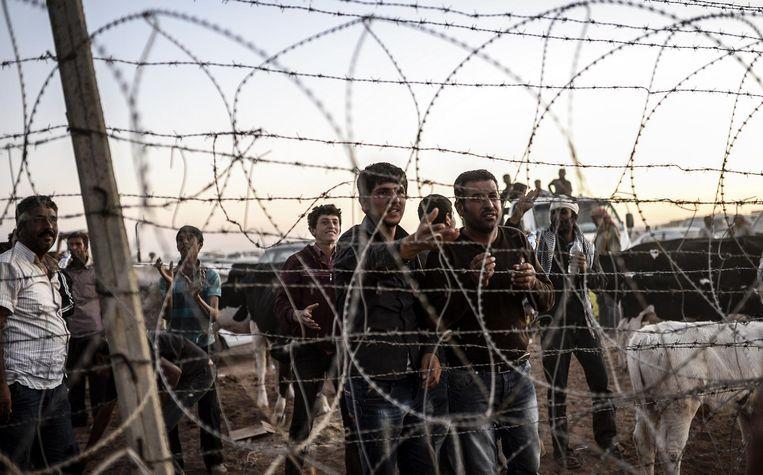 Een foto uit 2014. Koerden uit Syrië zijn de grens met Turkij overgestoken, op de vlucht voor IS. Beeld AFP