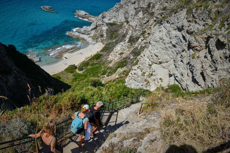 Bij Capo Vaticano zijn enkele goed verborgen strandjes de afdaling waard. Beeld Theo Stielstra