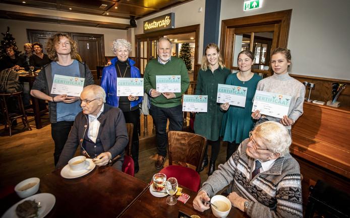Zes van de eerste gecertificeerde Kwiekmakers in Oldenzaal, vlnr: Seije Groenveld, Yvonne Meyer, André van Huizen, Anne Reiling, Sanna van Elst en Jessie van Piekartz. Kwiekmaker Annemarie van Uden ontbreekt. Op de voorgrond twee deelnemers.