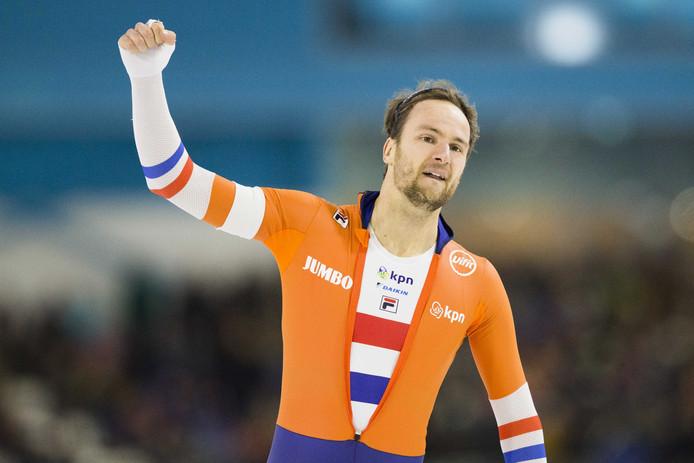 Thomas Krol juicht na het winnen van de 1500 meter tijdens de tweede dag van de wereldbeker in Thialf.