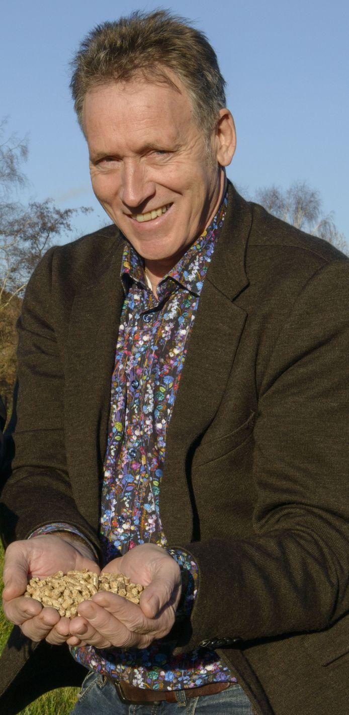Jan Demmer in 2015 met een hand vol pellets.