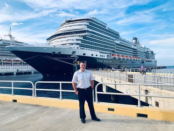 Kevin Beirnaert poseert voor Nieuw Statendam, het schip waar hij als kapitein de lakens uitdeelt.
