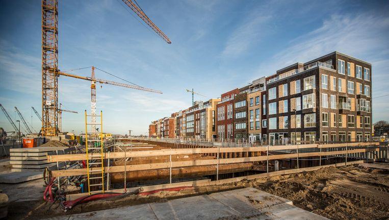 Het Narva Eiland West in de nieuwe wijk Houthaven in aanbouw. De herenhuizen sluiten naadloos aan op de architectuur in de aanpalende Spaarndammerbuurt Beeld Eva Plevier