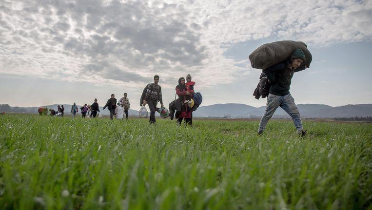 Vluchtelingen lopen naar de Grieks-Macedonische grens. Beeld Epa