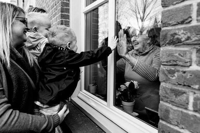 Dementerende oma in een verzorgingshuis met haar 2 kleindochters en haar achterkleinzonen.