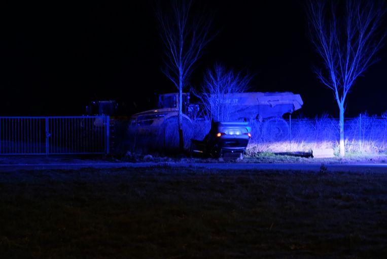 De auto belandde op zijn dak in de gracht. De bestuurster werd door de brandweer bevrijd.